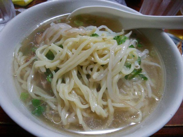 天津 五目ラーメン 麺のアップ