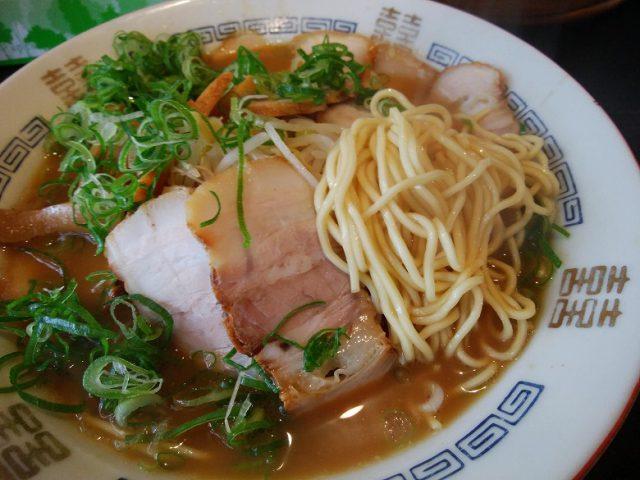 高島ラーメン らーめん ふつう 麺のアップ
