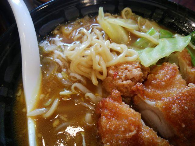 ココイチ 福山引野町店 うまこくカレーラーメン + パリパリチキン 麺のアップ